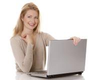 Frau, die Laptop verwendet Lizenzfreies Stockbild