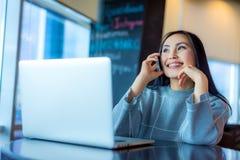 Frau, die Laptop verwendet Stockfotos