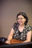 Frau, die Laptop während der Arbeit verwendet lizenzfreie stockbilder