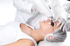 Frau, die Laser-Abbau des dauerhaften Makes-up im Salon durchmacht Augenbrauenkorrektur Lizenzfreies Stockfoto