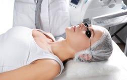 Frau, die Laser-Abbau des dauerhaften Makes-up im Salon durchmacht Augenbrauenkorrektur Stockbild