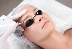 Frau, die Laser-Abbau des dauerhaften Makes-up im Salon durchmacht Augenbrauenkorrektur Stockfoto