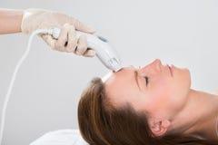 Frau, die Laser-Haar-Abbau-Behandlung bekommt Stockfotos