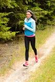 Frau, die laufenden Landschaftsweg im Freien rüttelt Lizenzfreies Stockfoto