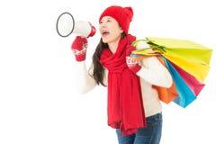 Frau, die lauten Megaphonanruf für Winterschlussverkauf hält Lizenzfreies Stockfoto