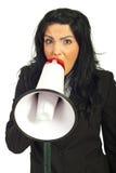 Frau, die in Lautsprecher schreit Stockfotografie