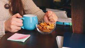 Frau, die Lebensmittel bei der Arbeit, Mittagspause am Arbeitsplatz im Büro isst stock footage