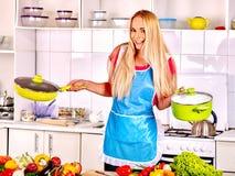 Frau, die Lebensmittel an der Küche zubereitet Lizenzfreie Stockfotos