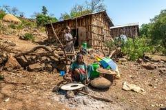 Frau, die Lebensmittel - Injera zubereitet. Stockfoto