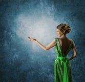 Frau, die leere Hand, eleganten vorbildlichen Rich Gown Display zeigt Stockfotografie