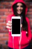 Frau, die leere Smartphoneanzeige zeigt Stockbild