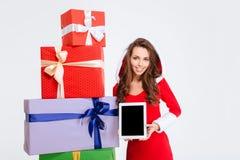Frau, die leeren talet Bildschirm zeigt Lizenzfreie Stockfotografie