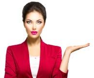 Frau, die leeres copyspace auf der offenen Handpalme zeigt Lizenzfreie Stockfotografie