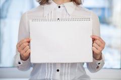 Frau, die leeres Ring-gehendes Notizbuch hält lizenzfreie stockfotos