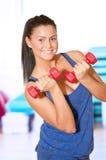 Frau, die Leistungübung an der Sportgymnastik tut Lizenzfreie Stockbilder