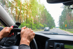Frau, die Lenkrad, Antriebe das Auto hält lizenzfreie stockfotos