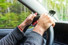 Frau, die Lenkrad, Antriebe das Auto hält stockfotografie