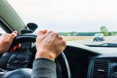 Frau, die Lenkrad, Antriebe das Auto hält stockbilder