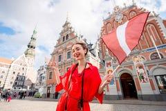 Frau, die in Lettland reist stockfotos