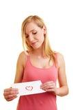 Frau, die Liebesbrief betrachtet Lizenzfreie Stockfotos
