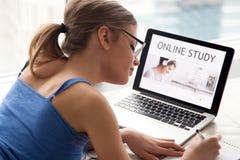 Frau, die on-line-Kurse nach SelbstBildung sucht Stockfotografie