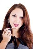 Frau, die Lippenglanz auf ihren Lippen anwendet Lizenzfreie Stockbilder