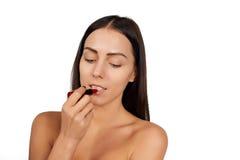 Frau, die Lippenstift anwendet Stockfoto