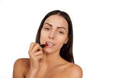 Frau, die Lippenstift anwendet Lizenzfreies Stockbild