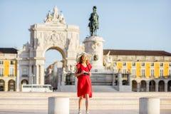 Frau, die in Lissabon, Portugal reist lizenzfreies stockfoto