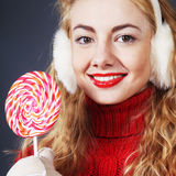 Frau, die lollypop hält Lizenzfreie Stockfotos