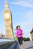 Frau, die in London läuft Stockfotografie