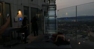 Frau, die Los Angeles-Skyline genießt stock footage