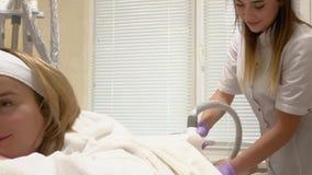 Frau, die LPG-Hardware-Massage an der Sch?nheitsklinik erh?lt Berufskosmetikerfunktion stock video footage