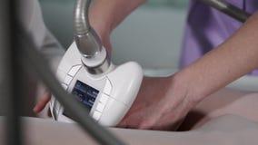 Frau, die LPG-Vakuummassage auf Beinen im Schönheitssalon erhält stock footage