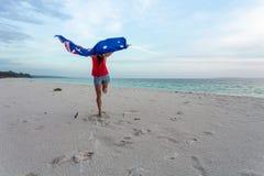 Frau, die in die Luft mit australischer Flagge springt lizenzfreies stockbild