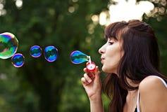 Frau, die Luftblasen bildet stockfotografie