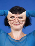 Frau, die lustige Geste bildet Lizenzfreie Stockfotos