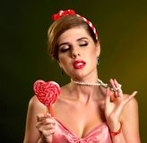 Frau, die Lutscher isst Mädchen in gestreifter Süßigkeit des Stift-obenart-Griffs Lizenzfreie Stockfotografie