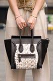 Frau, die Geldbeutel, Handtasche mit Ringen auf Fingern hält Stockbild
