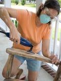 Frau, die Möbel nacharbeitet Stockbild