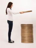 Frau, die Münzen sammelt Stockfoto