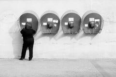 Frau, die am Münztelefon spricht Lizenzfreies Stockbild
