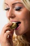 Frau, die macaron isst und in es sich verliebt Lizenzfreie Stockbilder