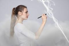 Frau, die magischen Effekt - grellen Blitz macht Das Konzept des Stroms, Hochenergie Stockfoto