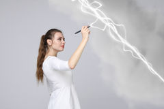 Frau, die magischen Effekt - grellen Blitz macht Das Konzept des Stroms, Hochenergie Lizenzfreie Stockfotos