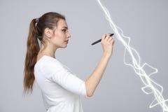 Frau, die magischen Effekt - grellen Blitz macht Das Konzept des Stroms, Hochenergie Lizenzfreies Stockbild