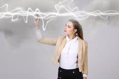 Frau, die magischen Effekt - grellen Blitz macht Das Konzept des Stroms, Hochenergie Stockfotografie