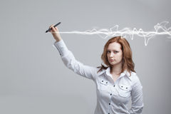 Frau, die magischen Effekt - grellen Blitz macht Das Konzept von Copywriting oder von Schreiben Lizenzfreie Stockbilder