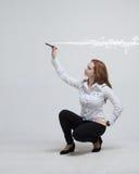 Frau, die magischen Effekt - grellen Blitz macht Das Konzept von Copywriting oder von Schreiben Stockfotografie