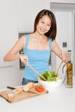 Frau, die Mahlzeit vorbereitet Stockbilder